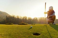投入高尔夫球的Gofer亚裔妇女 库存图片