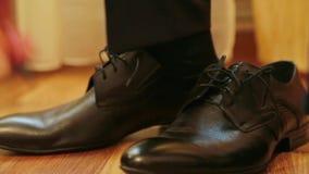 投入他的婚礼鞋子的新郎  股票录像