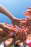 投入他们的秀丽的小组妇女一起递时髦的五颜六色的钉子艺术修指甲 图库摄影
