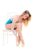 投入pointes的年轻芭蕾舞女演员  免版税图库摄影