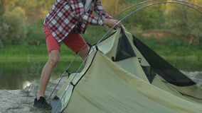 投在河沿,野营假日,旅行的专业男性徒步旅行者一个帐篷 影视素材
