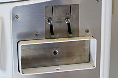 投币口和回归在一台公开洗衣机烘干机发现了 免版税库存照片