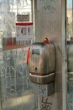 投币式公用电话电信意大利在电话亭 免版税图库摄影