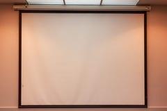 投影屏在办公室 免版税图库摄影