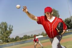 投手投掷球 库存照片