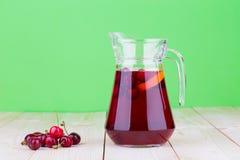 投手用樱桃和汁液 免版税库存图片