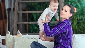 投掷一点可爱宝贝的愉快的年轻母亲在家一起演奏中景 影视素材