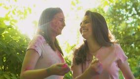 投掷五颜六色的粉末的无忧无虑的女性朋友庆祝holi节日 影视素材
