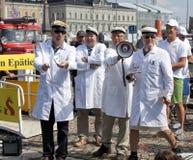 投掷冷的石头的芬兰不科学的社会 免版税库存照片
