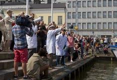 投掷冷石头的芬兰不科学的社团 免版税库存图片
