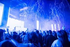 投掷在人群的Confetii大炮五彩纸屑在音乐会期间 图库摄影