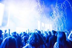 投掷在人群的Confetii大炮五彩纸屑在音乐会期间 免版税图库摄影