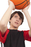 投掷篮球的蓝球运动员 库存照片