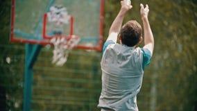 投掷在篮球篮和错过的一个人球 影视素材
