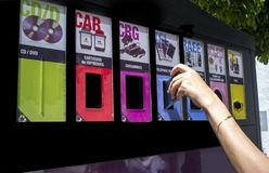 投掷在街道容器的手一个电话电子设备的 免版税图库摄影