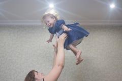 投掷孩子在天花板下 库存图片