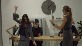 投掷工商业票据的两名激动的女实业家 股票录像