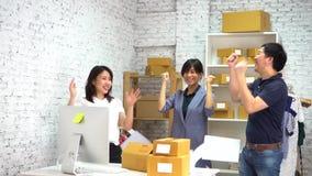 投掷文件在空气的快乐的同事 影视素材
