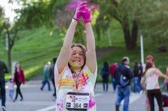 投掷桃红色粉末的女孩在颜色跑布加勒斯特 库存照片