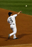 投掷棒球的棒球垒手第三 库存照片