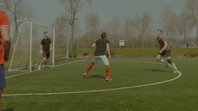 投掷球在沥青上的足球运动员 股票录像