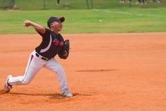 投掷球的未知的投手 免版税图库摄影