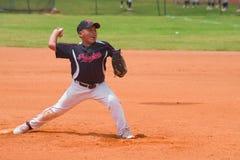 投掷球的未知的投手 图库摄影