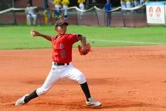 投掷球的棒球投手 免版税库存照片