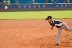 投掷球的Nknown投手 图库摄影