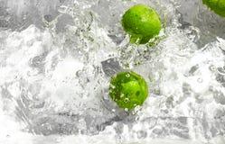 投掷的柠檬到水里 库存照片