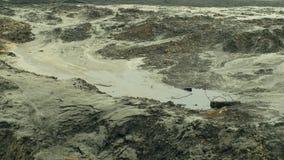 投掷的石头到石油盐水湖水里 前转储有毒废料在俄斯拉发,油盐水湖,作用自然从 股票视频