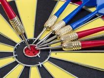 投掷箭头在飞镖2的中心 免版税库存图片