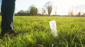 投掷肮脏的塑料瓶的不负责任的年轻人户外 影视素材