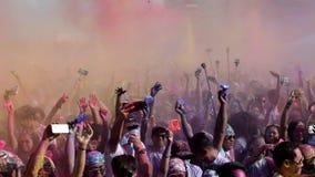 投掷被分类的颜色的青年人人群在天空中洗染 股票视频