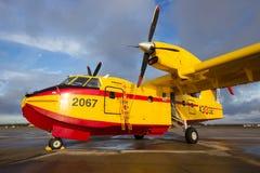 投炸弹者CL-415消防飞机 免版税库存图片