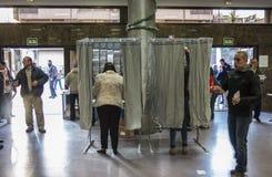 投票在选举团的公民在马德里,西班牙,西班牙大选天 免版税库存图片
