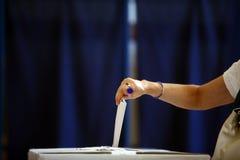 投票的手 库存照片