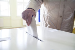 投票的手 库存图片
