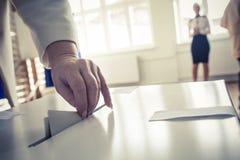 投票的手 免版税库存照片