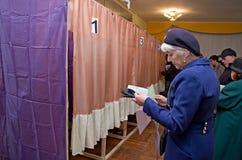 投票的选民的人的地方全国政治竞选的在乌克兰 投票站 免版税库存照片
