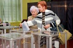 投票的选民的人的地方全国政治竞选的在乌克兰 投票站 免版税库存图片