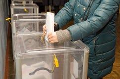 投票的选民的人的地方全国政治竞选的在乌克兰 投票站 免版税图库摄影