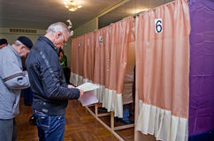 投票的选民的人的地方全国政治竞选的在乌克兰 投票站 库存图片