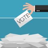 投票,递拿着在投票箱的选票 免版税库存照片