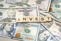 投资在立方体的词 背景概念饮食金黄蛋的财务 货币 免版税库存照片