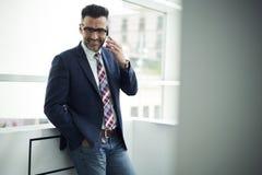 投资机会的夹克和玻璃的成人人开发愉快的公司达成协议 免版税库存图片