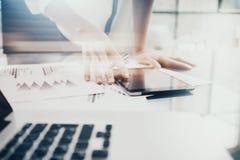 投资管理人员工作过程 图象显示报告现代片剂屏幕的女商人 统计图表屏幕 图库摄影
