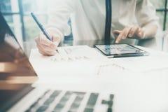 投资管理人员工作过程 照片女商人touchig现代片剂屏幕报告 统计图表屏幕 免版税库存照片