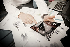 投资管理人员运作的过程 照片贸易商工作市场报告现代片剂 使用电子设备 图象图标 免版税库存照片