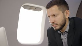 投资者专家的分析家人画象研究在飞机的膝上型计算机的 影视素材